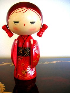 Eventually the patterns & shapes of Kokeshi became associated with the areas of Japan in which they were produced. Peg Doll, Doll Toys, Momiji Doll, Kokeshi Dolls, Matryoshka Doll, Japanese Culture, Japanese Art, Japanese Doll, Paper Dolls