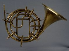 Cor omnitonique (Jean-Baptiste Tabard ca. Brass Musical Instruments, Brass Instrument, Guitar Musical Instrument, Trumpet Music, Sound Sculpture, Early Music, French Horn, Musical Toys, Orchestra