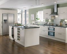 I like the kitchen layout & colour of the kitchen (except the walls) Howdens Tewkesbury White - Tewkesbury - Kitchen Families - Kitchen Collection - Howdens Joinery White Kitchen Cupboards, White Gloss Kitchen, White Shaker Kitchen, Classic White Kitchen, Kitchen Worktop, Kitchen Units, Kitchen Flooring, Kitchen Black, Family Kitchen
