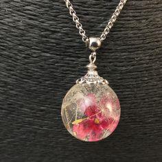 Pendentif petite bulle de résine, aigrettes de pissenlit et fleurs séchées de verveine rouge monté sur collier en acier : Collier par beads-of-bliss-bijoux-en-resine