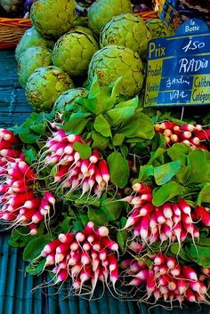 Radishes at Saint-Tropez market, France. I loooove radishes! Fruit And Veg, Fruits And Vegetables, Fresh Fruit, Saint Tropez, Provence, Vegetable Shop, Fresh Market, Farm Stand, France