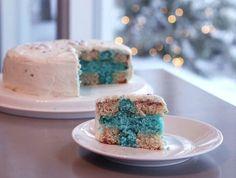 Suomi- kakku. Tämän sinivalkoisen kakun sisältä paljastuu leikattaessa Suomen lippu. Makuina lime/sitruuna ja valkosuklaa. Suomi 100 -resepti, sopii hyvin esim. itsenäisyyspäivän juhlapöytään.