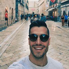 Potepanje po mestu je lahko super aktivni počitek. 🙌 Zakaj pa ne?   Medtem, ko raziskujemo mesto in se izgubljamo v skritih ulicah, sproti pokurimo še odvečne kalorije, ki smo jih pred tem zaužili s kakšnim sladoledom. 🍦🍺  Pošiljam ti pozdrave iz Dubrovnika. ✈ ☀  Kje se pa ti kaj potepaš te dni?