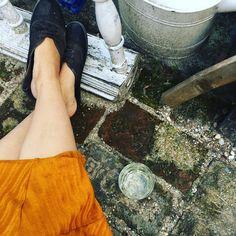 Sunday mood! Chill out at paradise ☀️🥂 Auch wenn immer noch viel Arbeit vor uns liegt, ein bisschen können wir unseren Garten auch am… Fett, Chanel Ballet Flats, Ale, Food Porn, Gardening, London, Instagram, Breakfast, Fashion