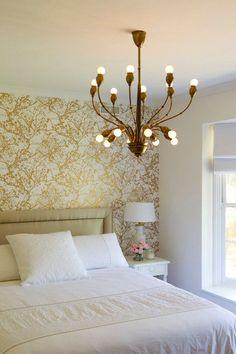 9. Papel de parede dourado Esse tom, que aquece e traz conforto para os espaços, pode ser tranquilamente combinado com cores neutras (preto, branco e cinza). Mas, se você curte um estilo mais ousado, solte a imaginação e abuse das cores vibrantes.