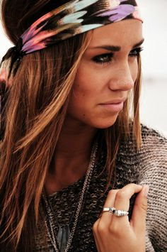 The perfect head scarf. Not to mention her hair color is stunning. Look Hippie Chic, Hippie Style, Boho Chic, Boho Hippie, Bohemian Hair, Modern Hippie, Boho Style, Looks Style, Looks Cool