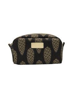 Meikkipussissa on maanläheinen käpykuosi ja päältä suljettava vetoketju. <br><br/> Materiaali on tekstiiliä. Louis Vuitton Damier, Bathroom Ideas, Pattern, Bags, Fashion, Handbags, Moda, Fashion Styles, Patterns