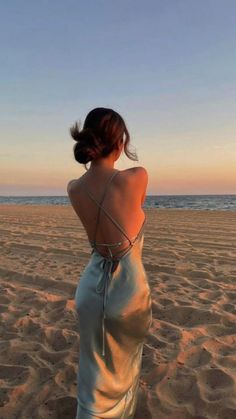 Poses For Pictures, Summer Pictures, Beach Pictures, Beach Photography Poses, Beach Poses, Instagram Beach, Instagram Pose, Classy Aesthetic, Summer Aesthetic