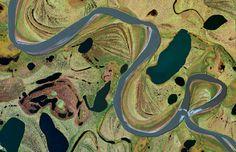 Hier zu sehen ist das Delta der Jana in Ostsibirien. Neun Monate pro Jahr ist die Gegend von Eis überzogen. Das wiederholte Auf- und Abtauen hat zu der fein vernetzten Bodenstruktur geführt.