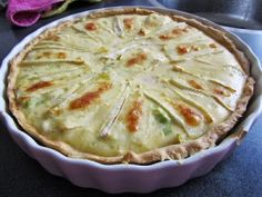 Quiche (hartige taart) met brie, gerookte zalm en prei Oven Recipes, Cooking Recipes, Yummy Recipes, Bio Food, Table D Hote, Oven Dishes, Happy Foods, Brie, Savoury Cake