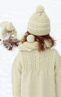 Pull et bonnet tricotés en laine et alpaga en torsades pour petite fille