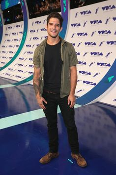 Tyler Posey Is Super Fan-Friendly at MTV VMAs Photo Tyler Posey can't keep away from the fans at the 2017 MTV Video Music Awards held at The Forum on Sunday (August in Inglewood, Calif. The Teen Wolf star… Tyler Posey Teen Wolf, Teen Wolf Scott, Michael Angarano, Michael Cera, Mode Masculine, Tyler Garcia Posey, Mary Johnson, Mtv Video Music Award, Music Awards