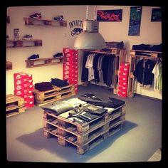 Idea Kix Pop-up Store pallets are generally available cheap or free --- rethinking the shoes display (always) Clothing Store Displays, Clothing Store Design, Vitrine Jean, Boutique Decor, Vintage Interior Design, Shop Fittings, Pop Up Shops, Diy Pallet Furniture, Retail Shop