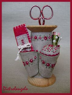 Stitched linen spool wrap, w pin cushion & thimble, needlebook holder. Luv the stitches! With a bit of engineering this would work for knitting or crochet as well. Spool Crafts, Sewing Crafts, Sewing Projects, Sewing Box, Sewing Notions, Retreat Gifts, Art Fil, Wooden Spools, Penny Rugs