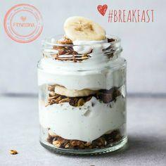Yogurt griego con cereal integral, plátano y miel. #eatclean Instagram: @fitnessinaps www.facebook.com/fitnessina
