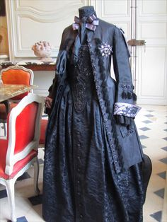 18th century hunter outfitPart of an exhibition in Villarceaux castle (France)  by Olivier Henry, embroiderer