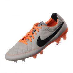 Los tachones de fútbol para superficies firmes Nike Tiempo Legend V para hombre te brindan una comodidad duradera en cualquier momento gracias a la parte superior impermeable.