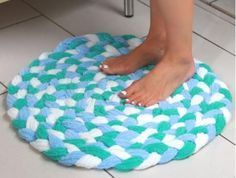 Turn Old Towels Into A Soft, Sophisticated Bath Mat – Braided Rugs Diy Fun Crafts, Diy And Crafts, Arts And Crafts, Tapetes Diy, Fabric Crafts, Sewing Crafts, Craft Projects, Sewing Projects, Sewing Hacks