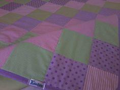Tapete em patchwork, forrado e com viés em tecido 100% algodão. Enchimento em manta acrílica fina 100% poliéster. *As cores podem ser escolhidas e combinadas no pedido. R$ 149,90