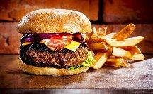 Gourmet burger and fries in Leesburg, Virginia! Love the Hatch Chile Cheeseburger! Gourmet Burgers, Burger Bar, Burger And Fries, Good Burger, Receta Pan Brioche, Halifax Burger, Hamburgers Gastronomiques, Cheeseburgers, Hamburgers Recept