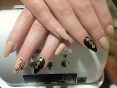 Uñas de acrílico, forma: pico, con estoperol dorado, esmalte OPI.