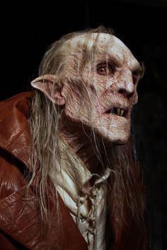 Nosferatu. Como ratos na escuridão, se esgueiram, mantendo-se ocultos e indetectáveis. Uma raça desprezível dos vampiros antigos, reclusos e arrogantes e arrogantes como a maioria deles, contudo, sua sabedoria precede sua fama...