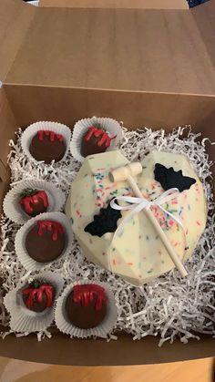 Chocolate Covered Treats, Chocolate Diy, Chocolate Dipped Strawberries, Chocolate Bomb, Valentine Chocolate, Chocolate Hearts, Chocolate Cupcakes Decoration, Bee Cake Pops, Strawberry Cake Pops