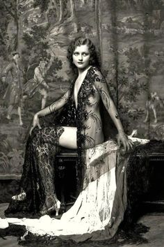 Alfred Cheney Johnston: Ziegfeld Follies girl Anne Lee Patterson, Miss U. of Anne Lee Patterson also performed in the Ziegfeld Follies that same year. Her images are sometimes misnamed Anna Lee Peterson. Burlesque Vintage, Lingerie Vintage, Lace Lingerie, Wedding Lingerie, Glamour Vintage, Vintage Beauty, Vintage Fashion, Fashion 1920s, Photos Vintage
