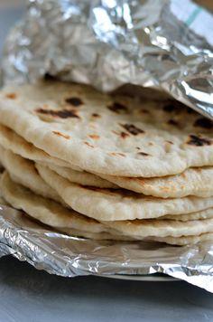 Disse grillede fladbrød går med deres bløde og luftige indre perfekt til en græsk gyros eller som dyppelse til tzatziki, pesto eller hummus.