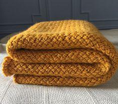 Tæppe i fletstrik. Lille tæppe i dekorativt, flettet mønster, som er let at lave. Tæppet kan nemt gøres både større og mindre. Her i en blanding af uld, alpaca og hør på pinde 8. Knitting Stitches, Free Knitting, Knitting Patterns, Crochet Patterns, Knitted Blankets, Knitted Hats, Baby Blankets, Baby Shawl, Knitting Projects
