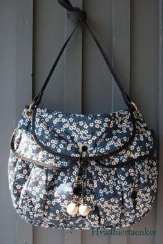 A womans home sewed bag without a pattern, wow..