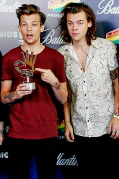 That trophy looks like it's doing the 'ok' sign. It's like Louis and Harry are damn fine