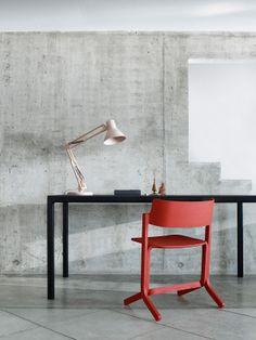 Met een knalrode #stoel krijgt je #interieur gelijk een heel andere uitstraling. Combineer met een mooi zwart bureau. Leuk detail is de #houten bureaulamp.