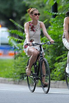 Katy Perry rides a bike and looks just like always... incredibly sexy #fashion #fashionist #urbancyclist #urbanbiker #fashiononcycle #divergent
