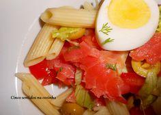 Cinco sentidos na cozinha: Salada fria de massa com truta fumada e ovo