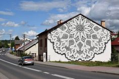 On adore le travail de l'artiste polonaise NeSpoon (pour retrouver le précédent article, cliquez ici) ! Elle réalise des habillages et autres ornements peints reprenant le motif de la dentelle dans les rues et sur les murs des villes d'Europe.  Récemment, elle a magnifiquement habillé la façade d'une maison dans le village de Bobowa en Pologne. Le mur s'est transformé en napperon gigantesque ! L'illusion d'un immense textile recouvrant le mur du toit jusqu'au sol fonctionne à merveille.