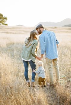 Spring / Summer Outfit Ideas fall ideas, fall activities, fall family fun, fall bucket list, fall in Fall Family Picture Outfits, Summer Family Photos, Fall Family Pictures, Family Picture Poses, Family Photo Sessions, Family Posing, Fall Outfits, Family Pics, Mini Sessions