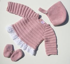 This Pin was discovered by Pat Diy Crafts Knitting, Knitting For Kids, Baby Knitting Patterns, Baby Patterns, Hand Knitting, Baby Barn, Knitted Baby Cardigan, Baby Socks, Baby Kind
