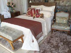 Show Room de nossa loja - Coleção Bourbon e Percal 400 fios com almofadas trabalhadas e peseira para dar aquele charme.