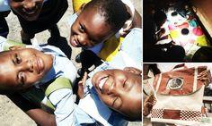 Mochila inovadora com placa solar que se carrega durante o dia leva luz para crianças carentes