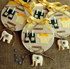 Giysili sarı bebek magneti tamamen el yapımıdır. Doğumgünü, doğum ve özel günlerde bebeğinizin kutlamalarında dağıtmanız için çok şık bir hatıralıktır. Christmas Centerpieces, Kids And Parenting, Baby Love, Baby Gifts, Magnets, Diy And Crafts, Projects To Try, Baby Shower, Embroidery