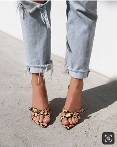 Leopard Print Sandals Heels And Jeans Simple Shoe On Trend For Autumn Spring 2019 Animal Print Is Always In Style Looks Street Style, Looks Style, Pumps, Shoes Heels, Cute Shoes, Me Too Shoes, Amo Jeans, Easy Style, Jean Destroy