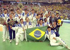 Há 20 anos atrás, a Seleção Masculina de Volei conquistava medalha de ouro inédita nas Olimpíadas de Barcelona 1992... inesquecível!
