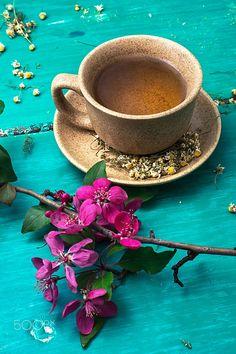 tea brewed with chamomile in ceramic mugs by Mykola Lunov on Coffee Flower, Beautiful Flowers Wallpapers, Coffee Photography, Brewing Tea, Tea Art, Coffee Is Life, Tea Blends, Loose Leaf Tea, Coffee Roasting