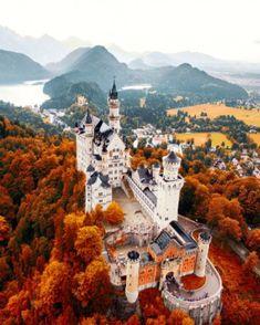 SCHWANGAU (GERMANIA) – Il castello di Neuschwanstein, in Baviera, è famoso in tutto il mondo per aver ispirato icastelli delle fiabe della Disney. Fotografato da un done, però, è ancor più spettacolare