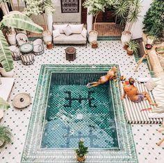 Linda piscina no hotel Le Riad Yasmine no Marrocos. Future House, Exterior Design, Interior And Exterior, Cosy Interior, Scandinavian Interior, Piscina Do Hotel, Outdoor Spaces, Outdoor Living, Outdoor Pool