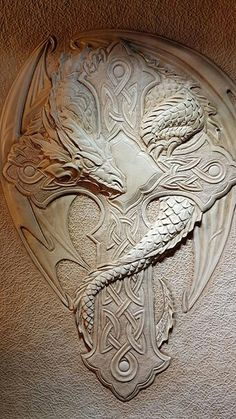 Dragon amblem Leather Carving, Wood Carving, Leather Armor, Leather Tooling, Sculpture Sur Cuir, Sculpture Art, Leather Working Patterns, Leather Stamps, Celtic Art