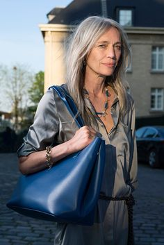 10 Perfect Grey Hair - Ultimate Fashion Trends for Girls Silver Haired Beauties, Grey Hair Inspiration, Older Beauty, Color Rubio, Long Gray Hair, Beautiful Old Woman, Mature Fashion, Ageless Beauty, Going Gray