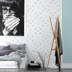 Die dynamische Mustertapete in Blau-Weiß kontrastiert auf spannende Weise mit dem Ruhepol an der Wand: dem nachdenklichen Mundharmonika-Spieler in…