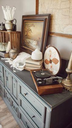 Create a Cozy Autumn Vignette Rustic Farmhouse Furniture, Cottage Farmhouse, Farmhouse Design, Fall Vignettes, Autumn Cozy, Craftsman Style, Vintage Decor, Custom Homes, Living Room Designs